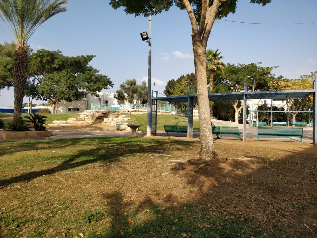 """""""אין לנו מה לעשות בעיר אלא להיות בפארקים... אוסרים עלינו בצורה לא הוגנת... היכן הם רוצים שנשב? ההורים שלנו לא יכולים לתת לנו מאה שקל ליום בשביל הבידור, אז אנחנו באים לכאן."""" גינה ציבורית בשכונת גיורא ברמלה (צילום: המעבדה לעיצוב עירוני)"""