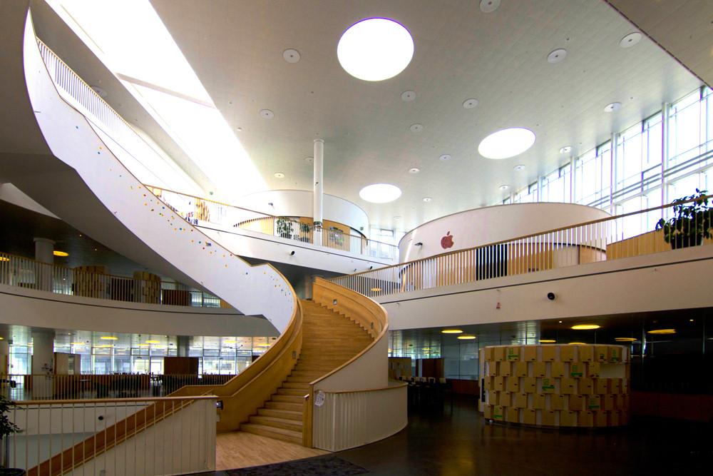 האדריכלים בנו חלל גדול ובו אזורי למידה פתוחים לחלל המרכזי, חדרי כיתות, מעבדות ואולפנים. מבני בית הספר עוצבו סביב חלל מרכזי שאפשר פעילויות מגוונות בו זמנית. (צילום: Wojtek Gurak Flickr.com)