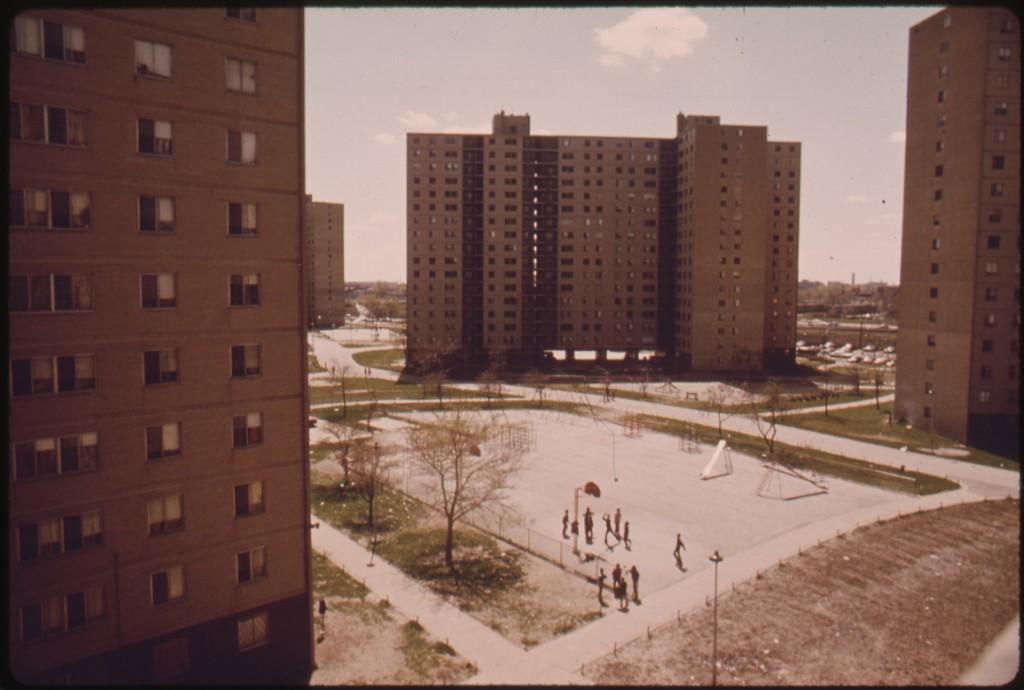 פרויקט דיור ציבורי בשיקגו Stateway Gardens , שמונה בניינים עם 1633 דירות של שניים ושלושה חדרים שבהם חיו 6,825 איש, נבנה ב1973 (צילום: The U.S. National Archives, Flickr)