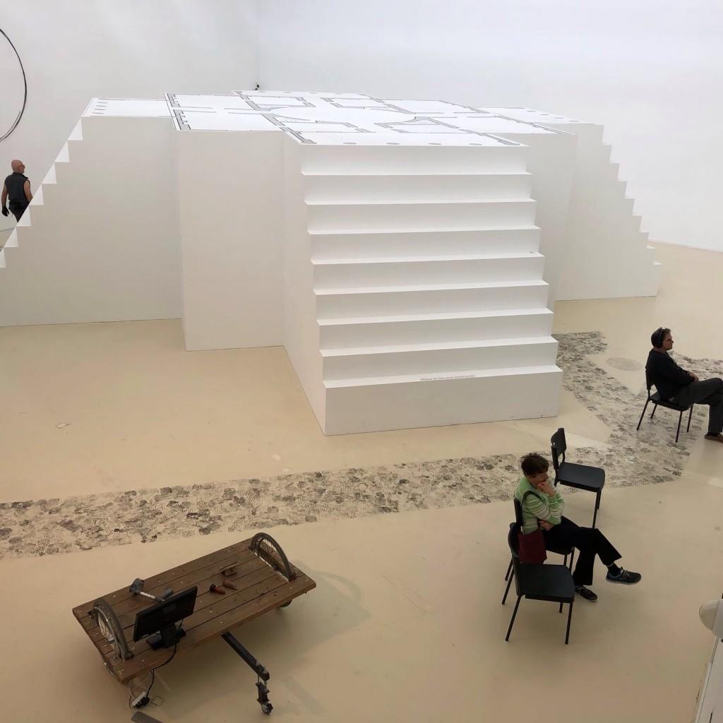 עופרת במרכז החלל מיצב של מיפלס המדרגות של הוילה כבמה ריקה. ניתן להיכנס למיצב ובו מקרין עופרת את המבטים הנשקפים מהוילות השונות מרחבי העולם. (צילום: טלי חתוקה)