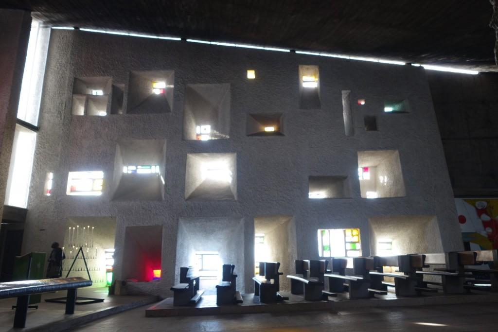 החלל הפנימי של הכנסייה מבליט את הגאוניות של לה קורבוזיה (צילום: מיכאל יעקובסון)
