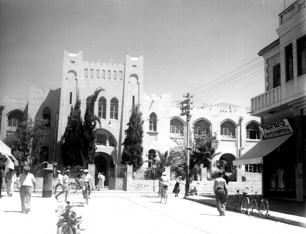 תיכון גימנסיה הרצליה בקצה אחד של הרחוב ובקצה השני הוקם בניין העירייה באחוזת ראשונים (צילום: KLUGER ZOLTAN , אוסף התצלומים הלאומי)