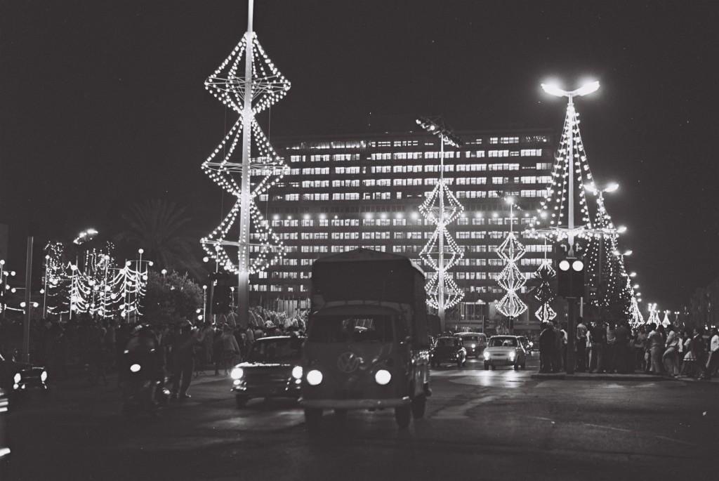 בניין העירייה וכיכר מלכי ישראל ביום העצמאות 1970 (צילום:David Eldan, אוסף התצלומים הלאומי)