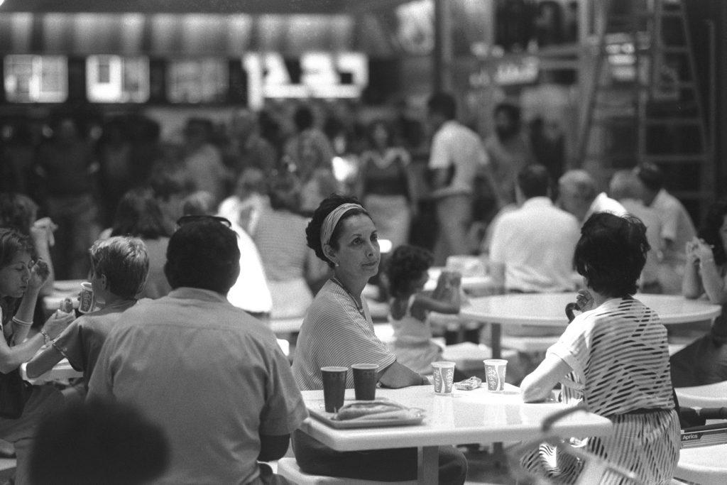 """קפה אפרופו שקניון אילון, הקניון הראשון שנפתח בישראל. הכיתוב של התמונה """"צרכנים עייפים בקפה אפרופו"""" 1985 (צילום: הרניק נתי, ארכיון התצלומים הלאומי)"""